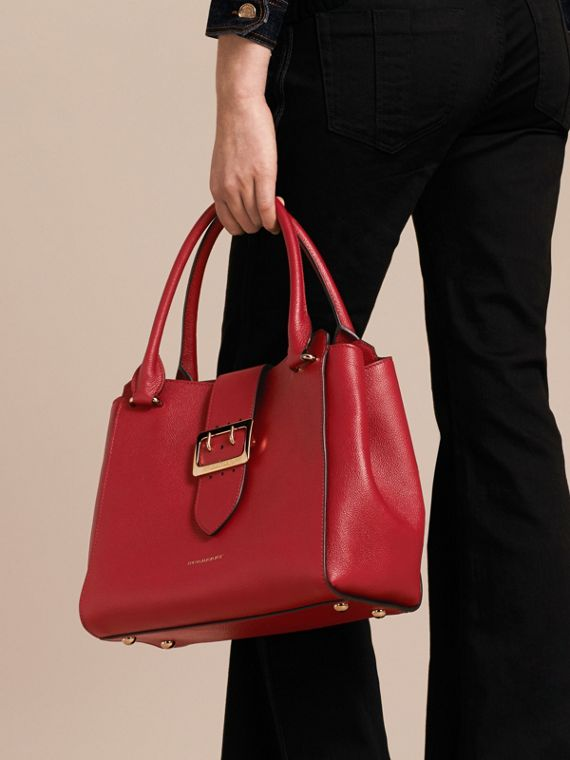 Sac tote The Buckle medium en cuir grainé Rouge Parade - cell image 3