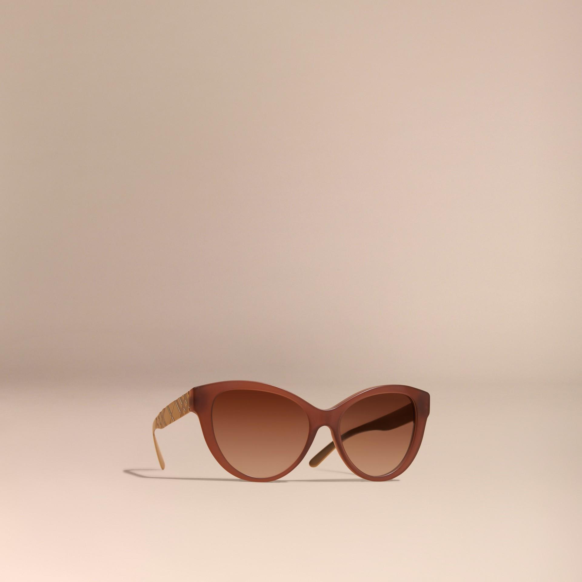 Marrone talpa Occhiali da sole con montatura cat-eye e motivo check tridimensionale Marrone Talpa - immagine della galleria 1