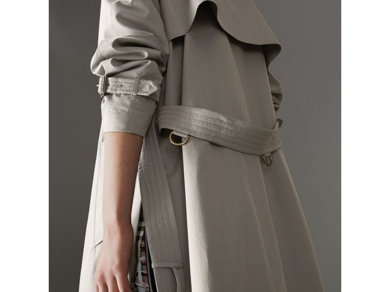 Trench coat in gabardine tropicale con spacchi laterali (Grigio Verde) - Donna | Burberry - cell image 1