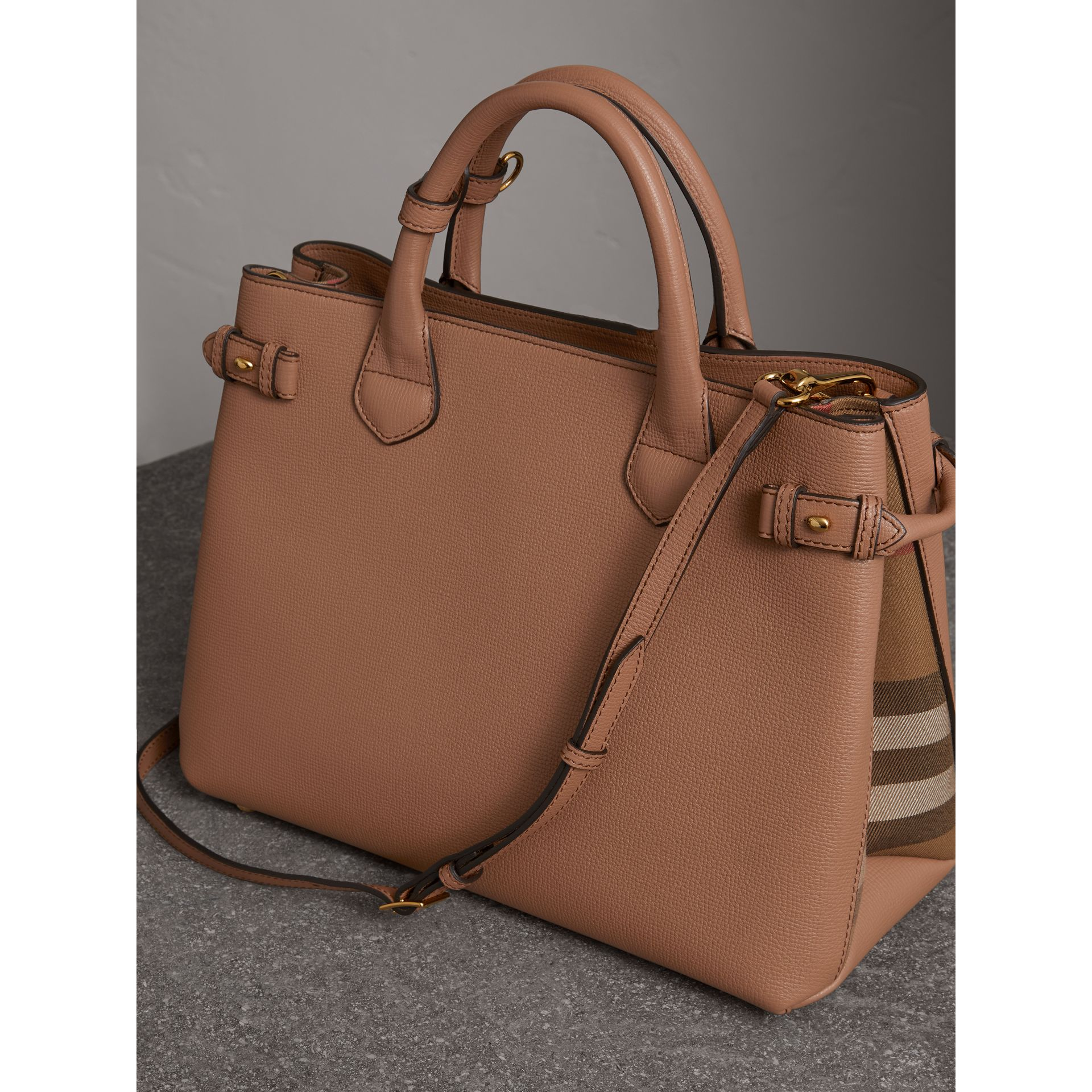 Sac The Banner medium en cuir et coton House check (Sable Foncé) - Femme | Burberry - photo de la galerie 4