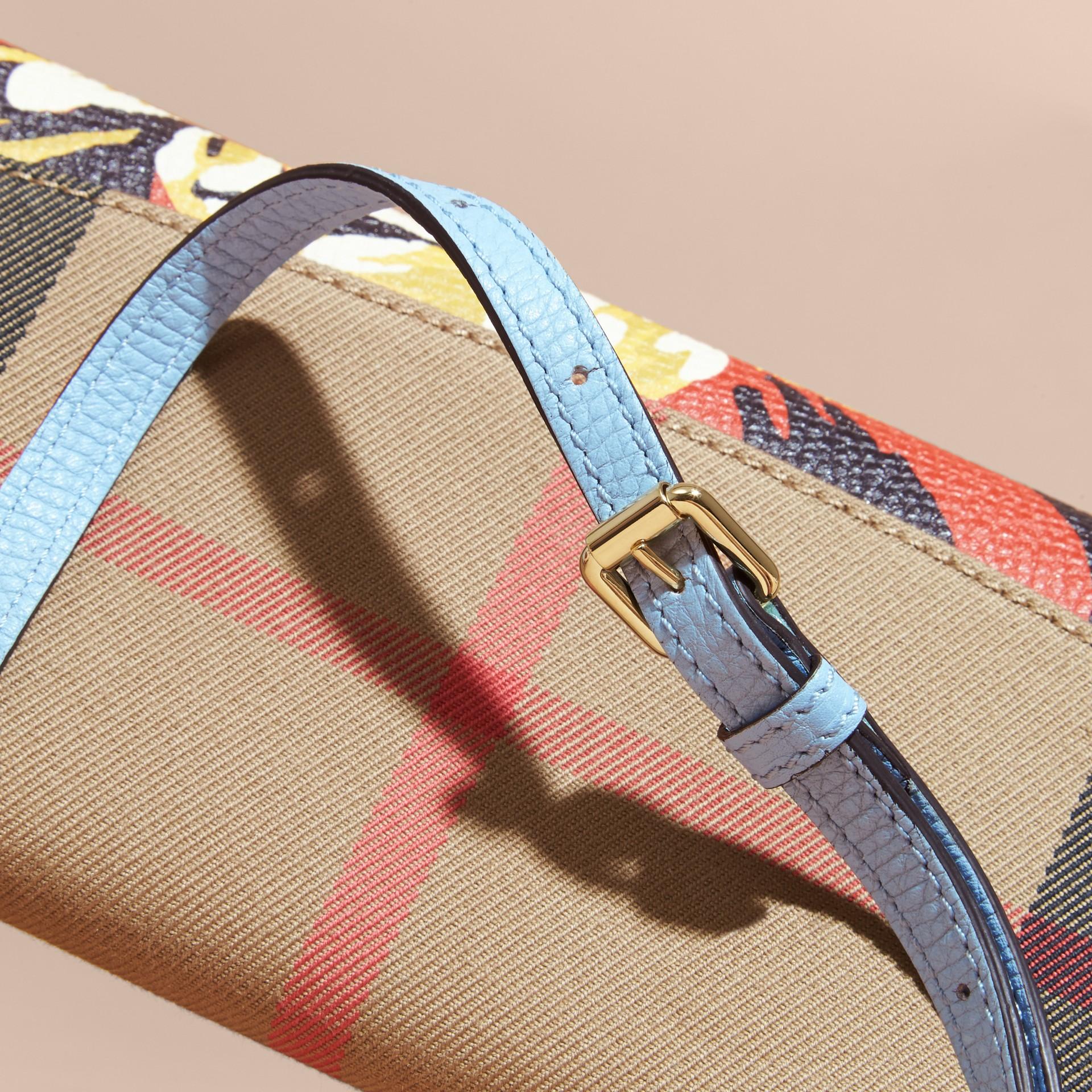Hellblau/leuchtendes orange Brieftasche aus House Check-Gewebe mit Pfingstrosenmotiv und Kettendetail Hellblau/leuchtendes Orange - Galerie-Bild 2
