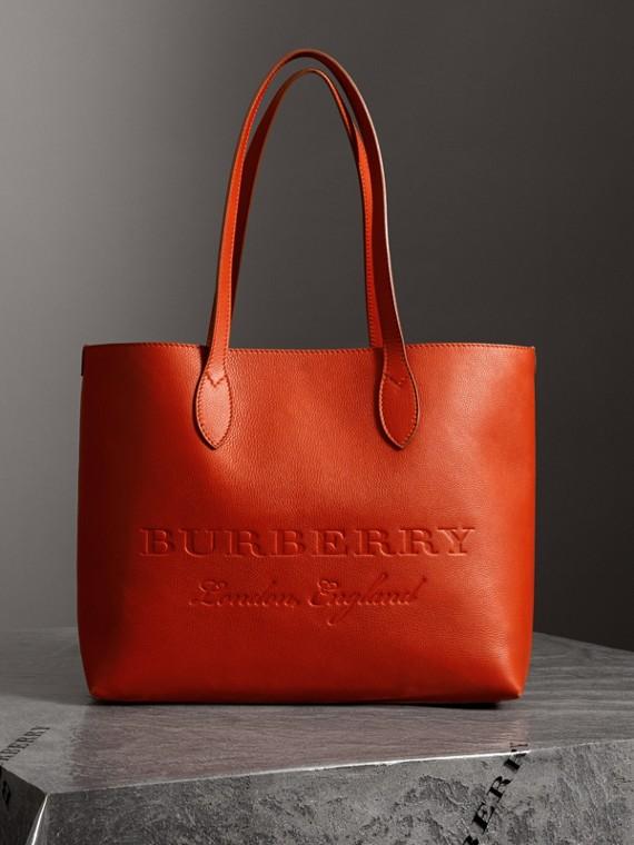 Bolsa tote de couro com detalhe em relevo (Clementina Escuro)