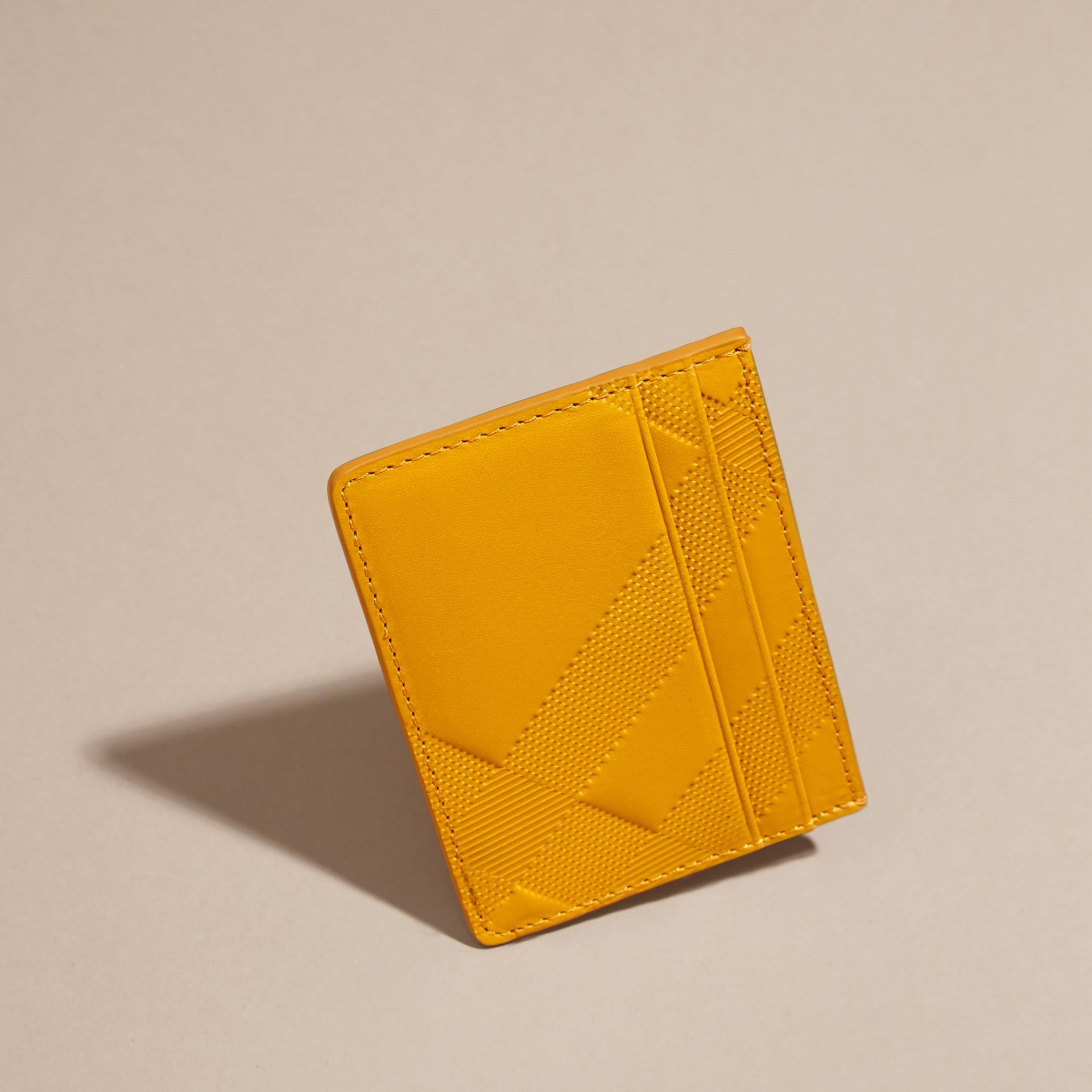 Giallo ambra Porta carte di credito in pelle con motivo check in rilievo Giallo Ambra - immagine della galleria 3