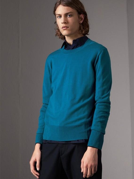 Suéter de lã Merino com detalhe xadrez (Azul Mineral)