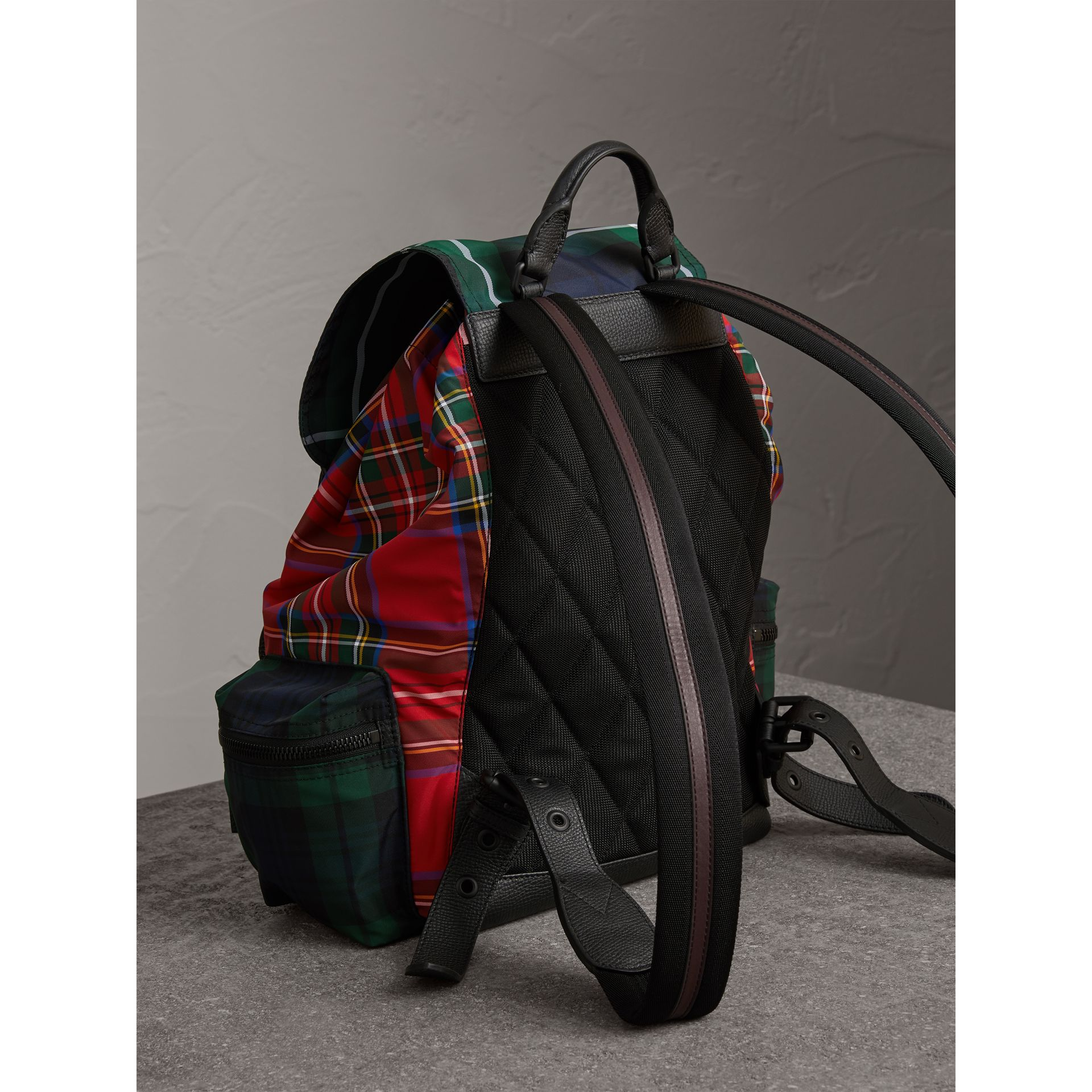 Grand sac The Rucksack en tartan façon patchwork (Rouge Militaire) | Burberry - photo de la galerie 3