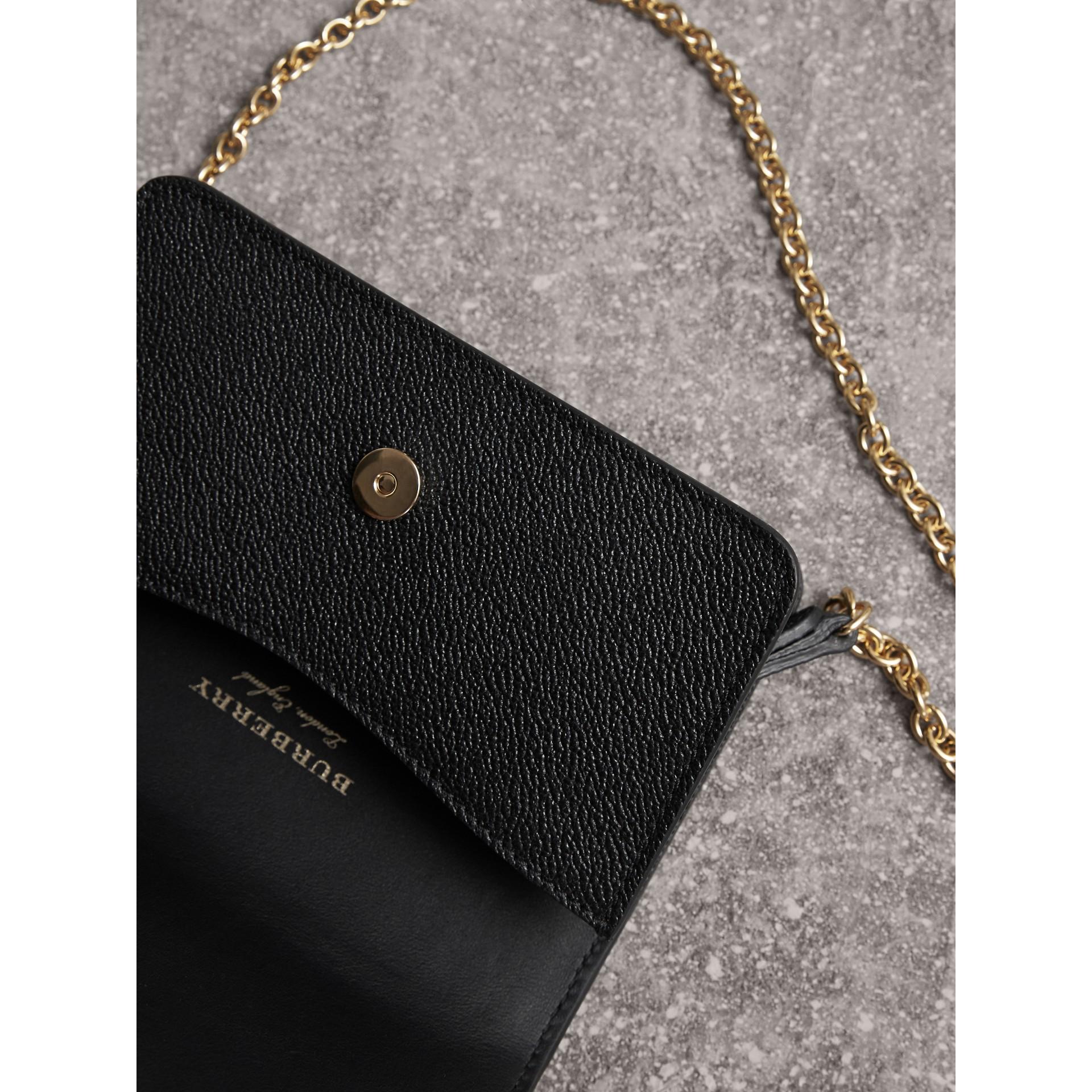 Bolso Buckle mini en piel granulada (Negro) - imagen de la galería 6