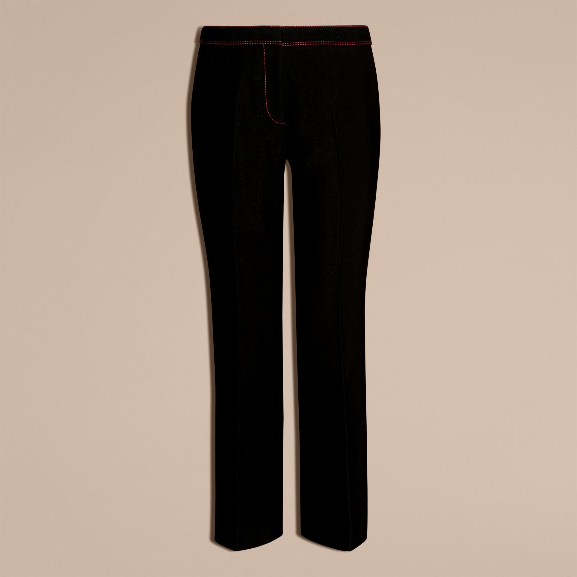 Schwarz Schmal geschnittene Hose mit kürzerer Beinlänge und Pythonmuster - Galerie-Bild 4