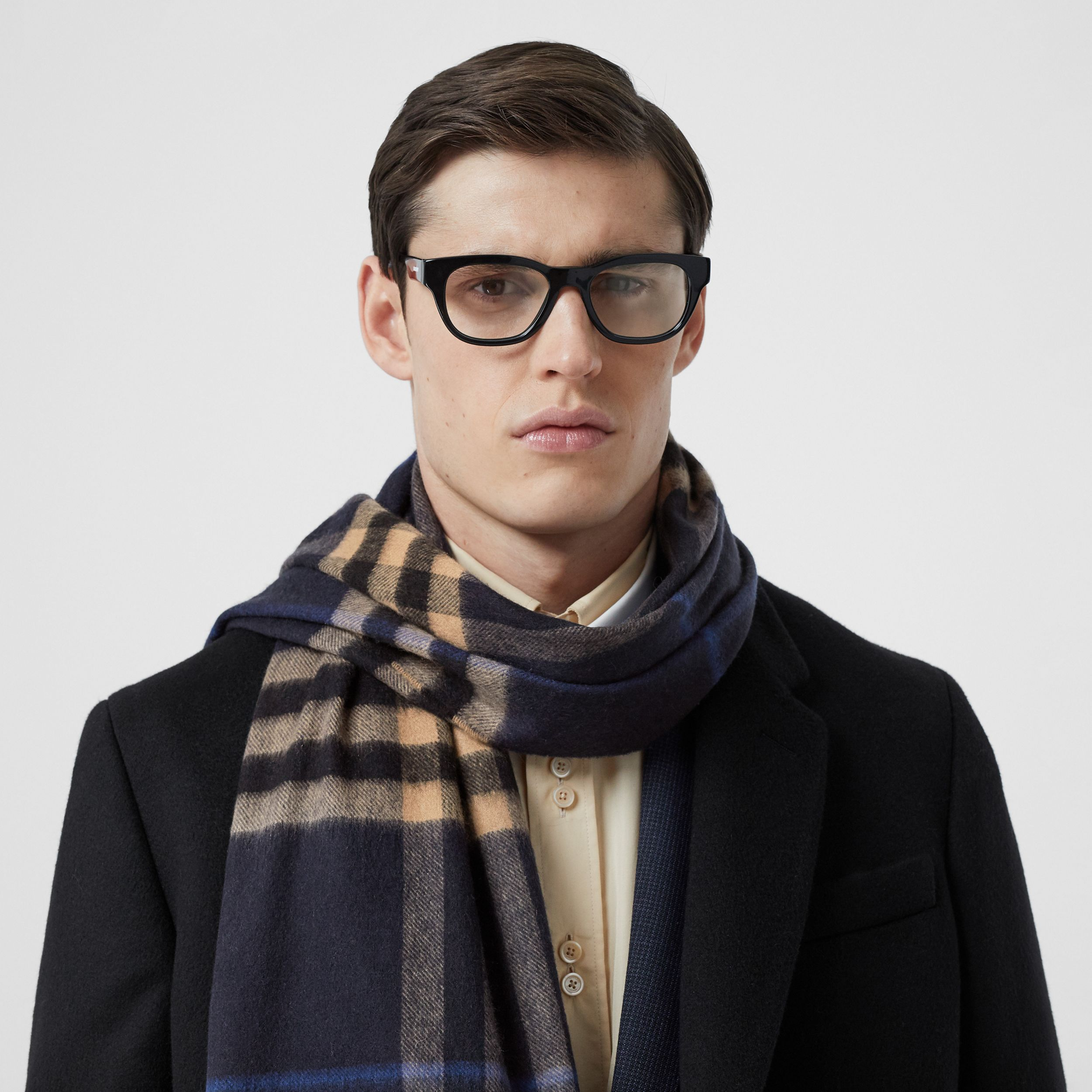 The Classic Check Cashmere Scarf in Indigo / Mid Camel | Burberry - 4