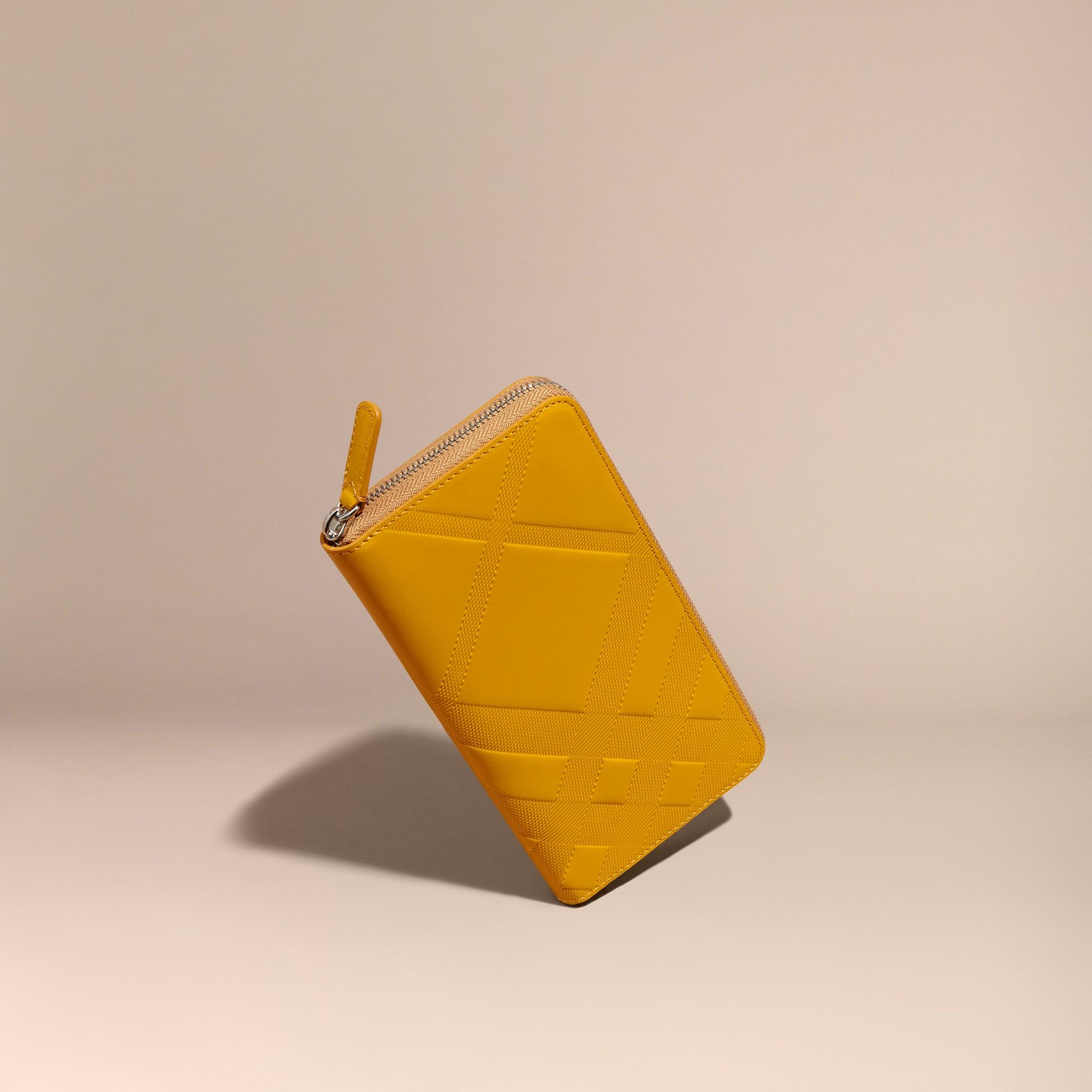Giallo ambra Portafoglio in pelle con motivo check in rilievo e cerniera su tre lati Giallo Ambra - immagine della galleria 1