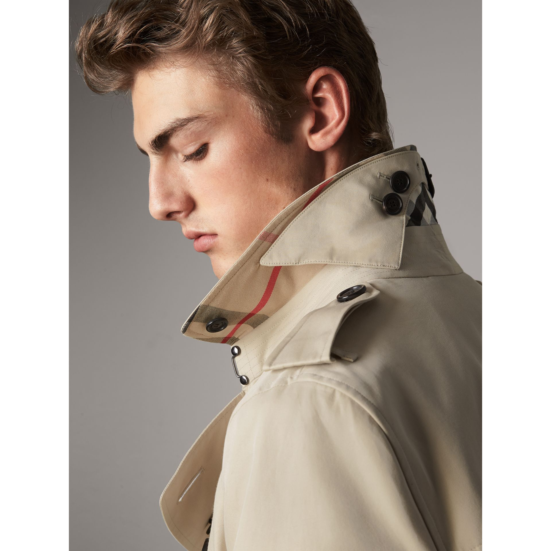 The Kensington – Short Trench Coat in Stone - Men | Burberry United Kingdom - gallery image 2