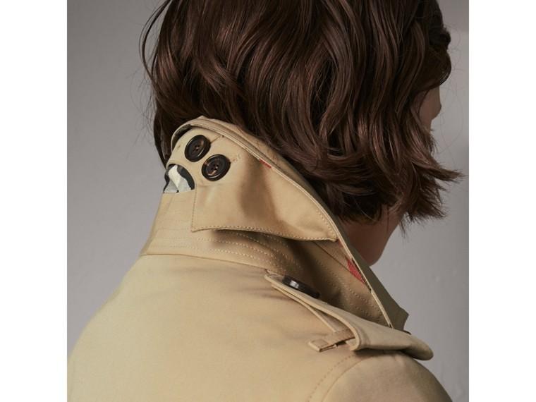 The Sandringham – Short Heritage Trench Coat in Honey - Women | Burberry Australia - cell image 4