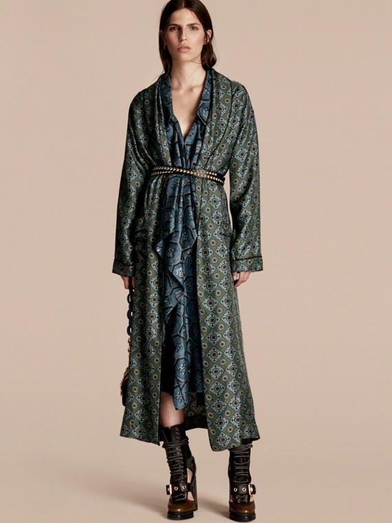 Abrigo tipo batín en sarga de seda con estampado de mosaico geométrico