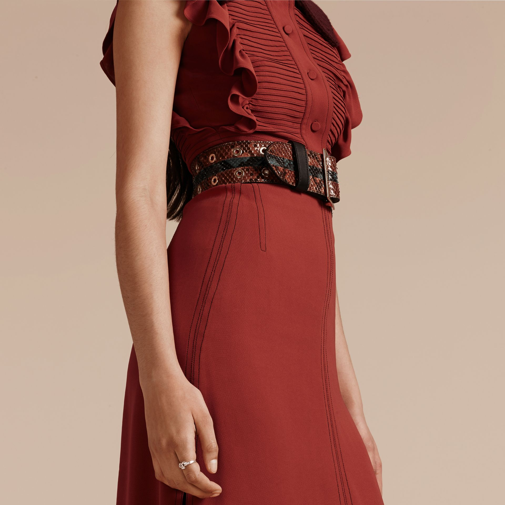 Vermelho canela Vestido camisa com pregas e babados - galeria de imagens 6