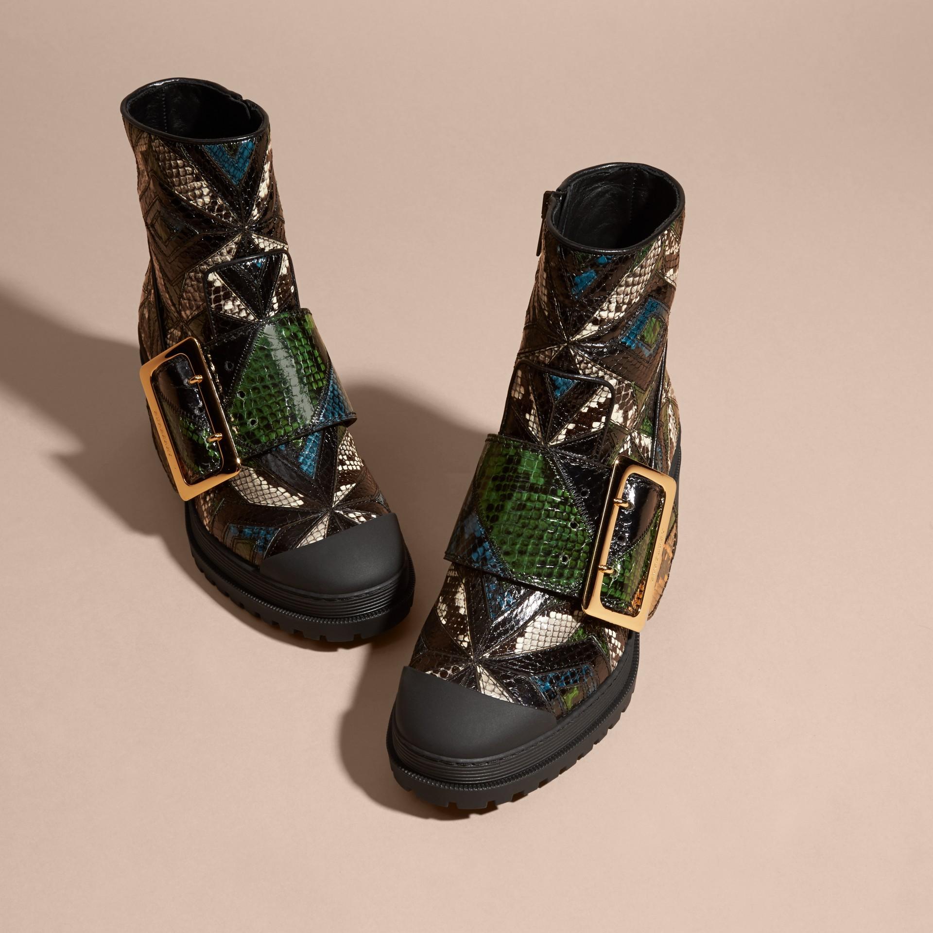 Schwarz/mineralblau The Buckle Boot aus Natternleder - Galerie-Bild 3