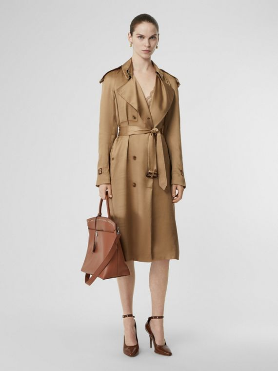 Trench coat a scialle in seta (Miele)