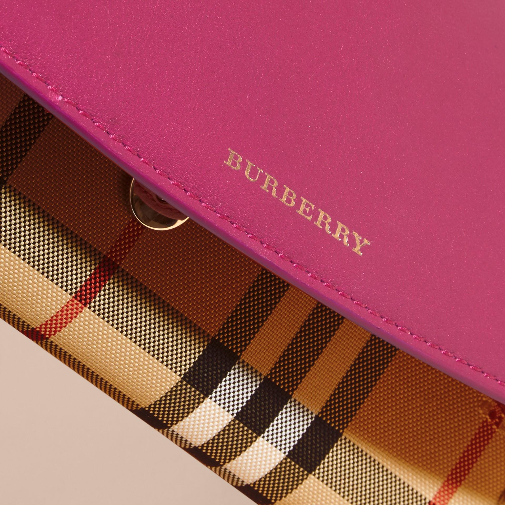 Fucsia brillante Portafoglio con pelle e motivo Horseferry check con catena Fucsia Brillante - immagine della galleria 6