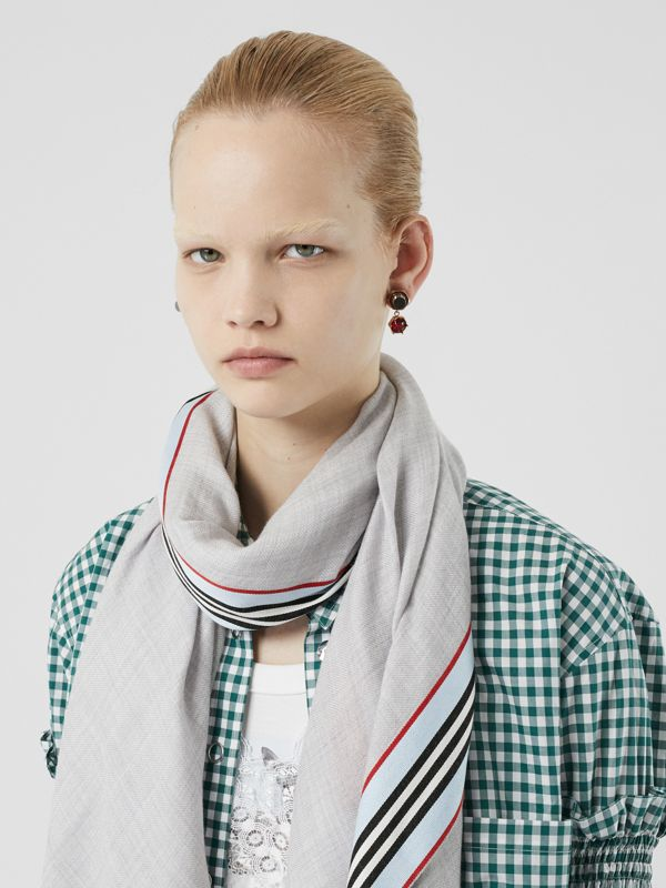 Icon Stripe Cashmere Silk Scarf in Mid Grey Melange | Burberry - cell image 2