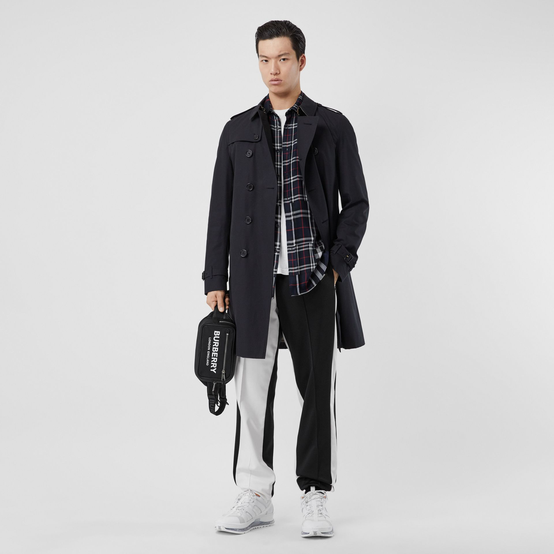 The Chelsea – Long Trench Coat in Navy - Men | Burberry - gallery image 5