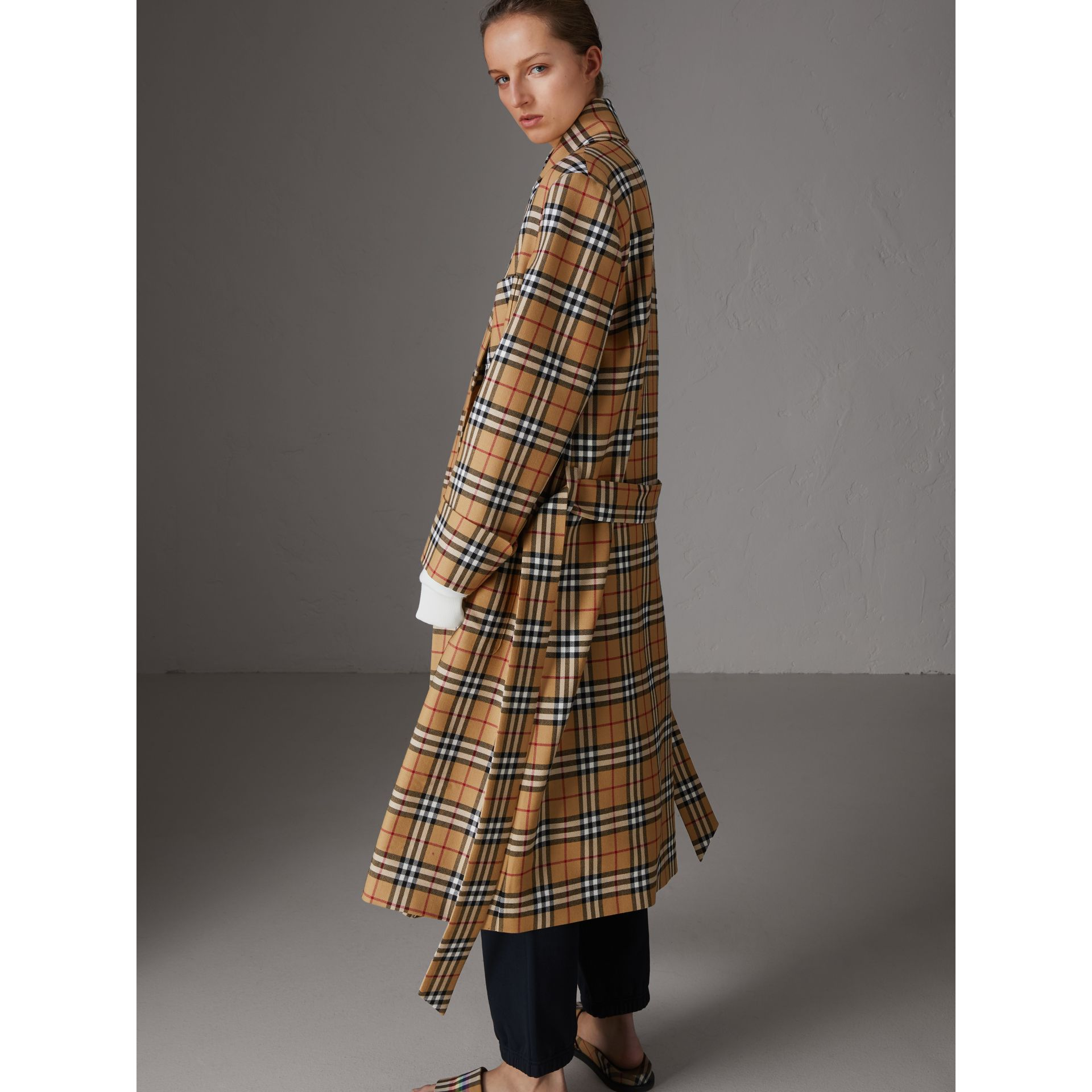 Manteau peignoir à motif Vintage check revisité (Jaune Antique) - Femme | Burberry - photo de la galerie 2