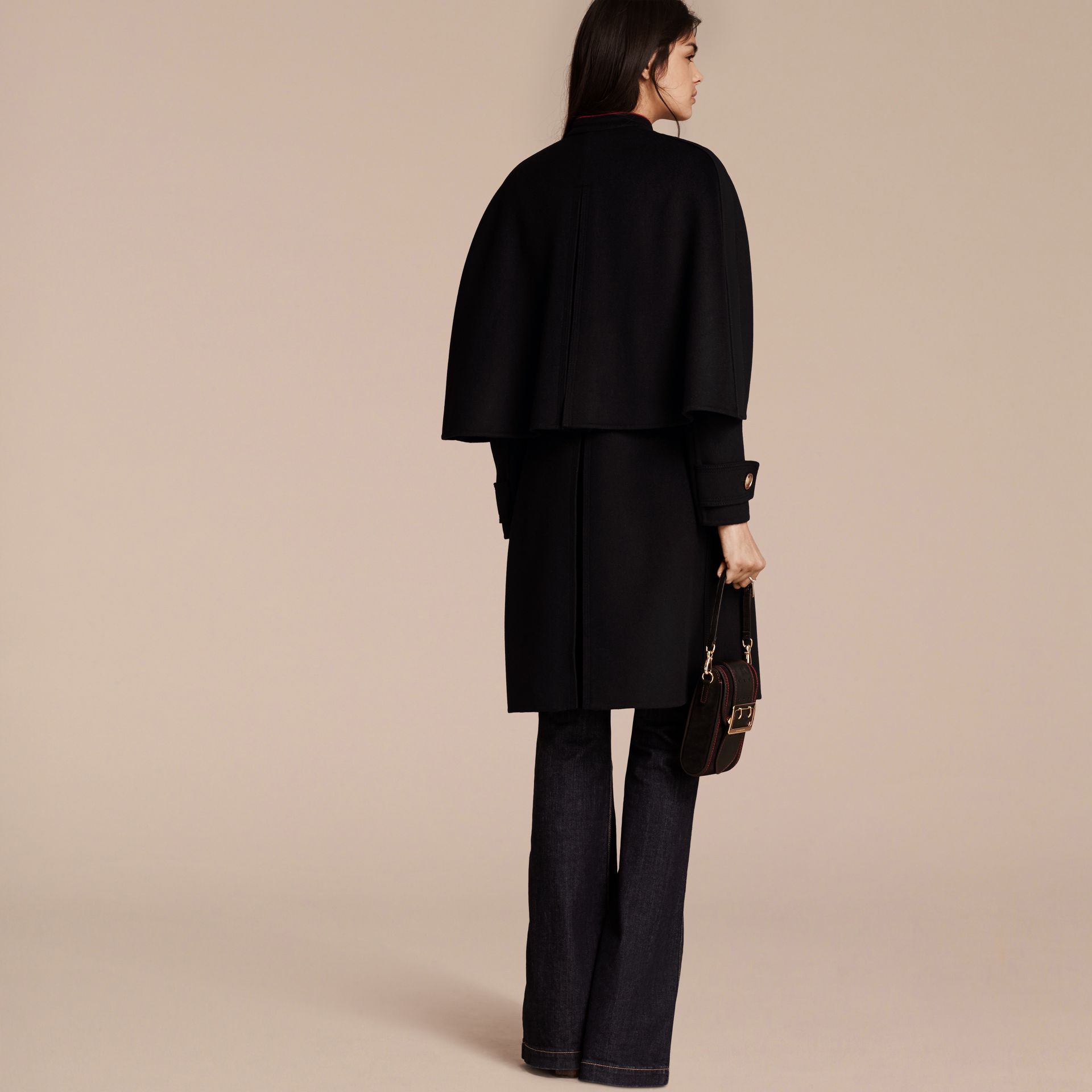 Noir Manteau cape en cachemire et laine avec détails militaires - photo de la galerie 3