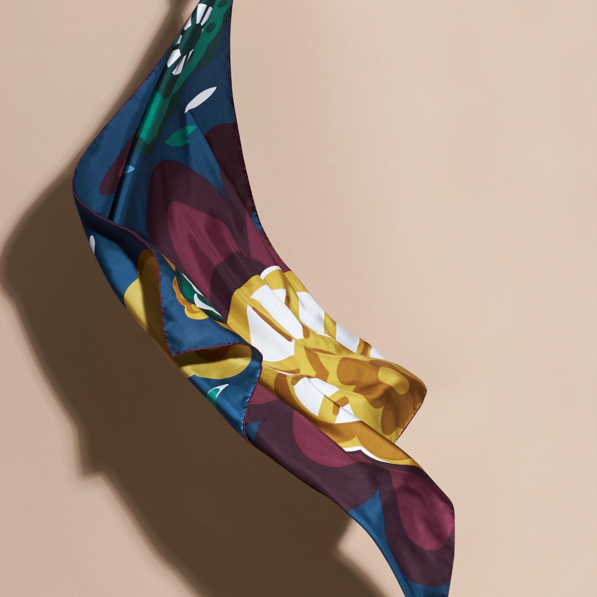 Bleu cyan foncé Carré de soie medium à motif floral abstrait Bleu Cyan Foncé - photo de la galerie 4
