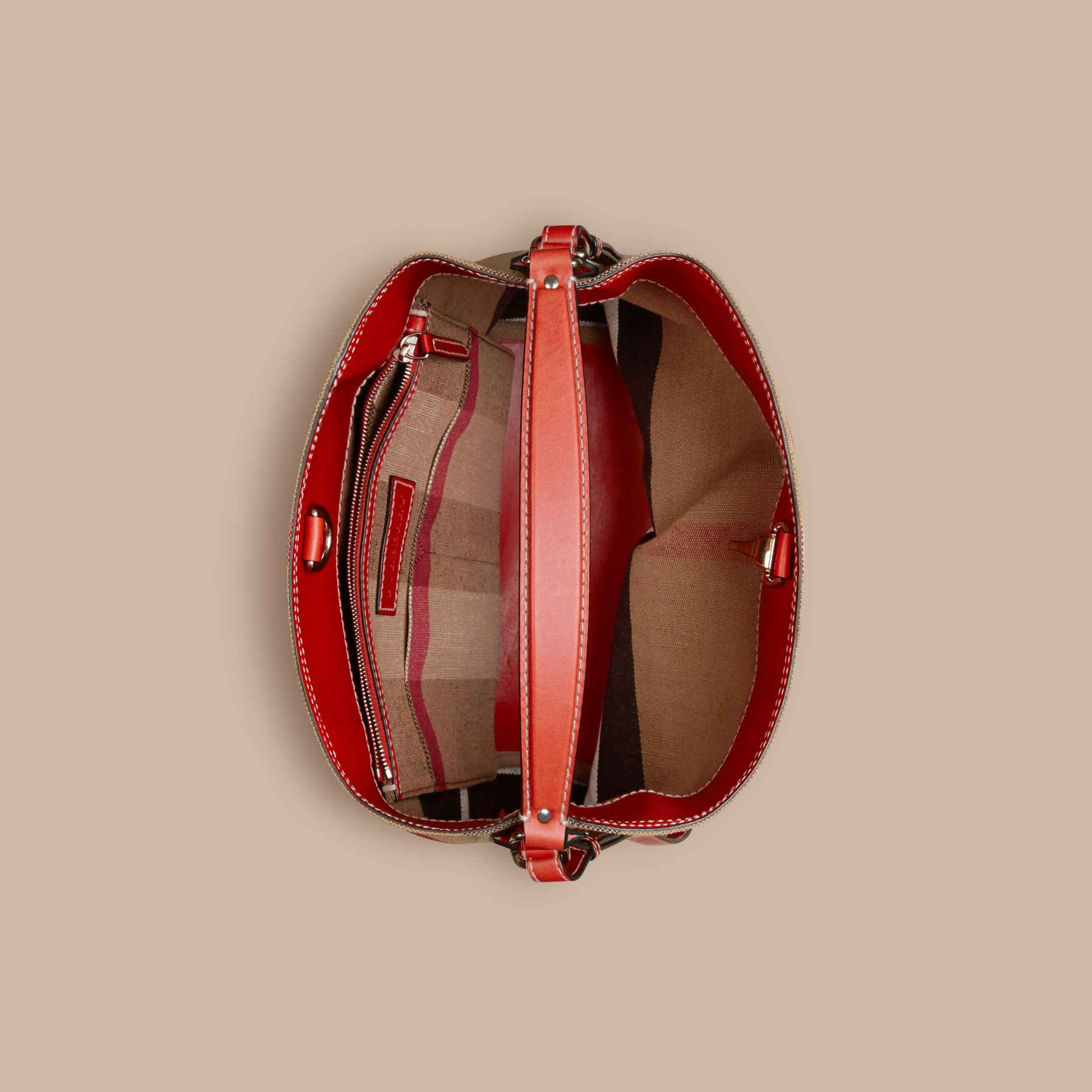 The Ashby media con pelle e motivo Canvas check (Rosso Cadmio) - Donna | Burberry - immagine della galleria 6