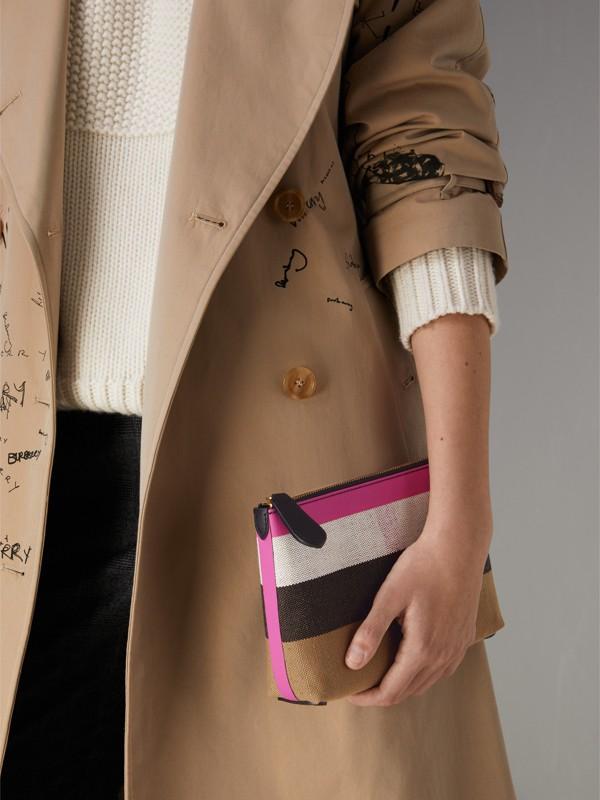 Trousse media in pelle e tela con motivo tartan e cerniera (Nero/rosa Neon) - Donna | Burberry - cell image 3