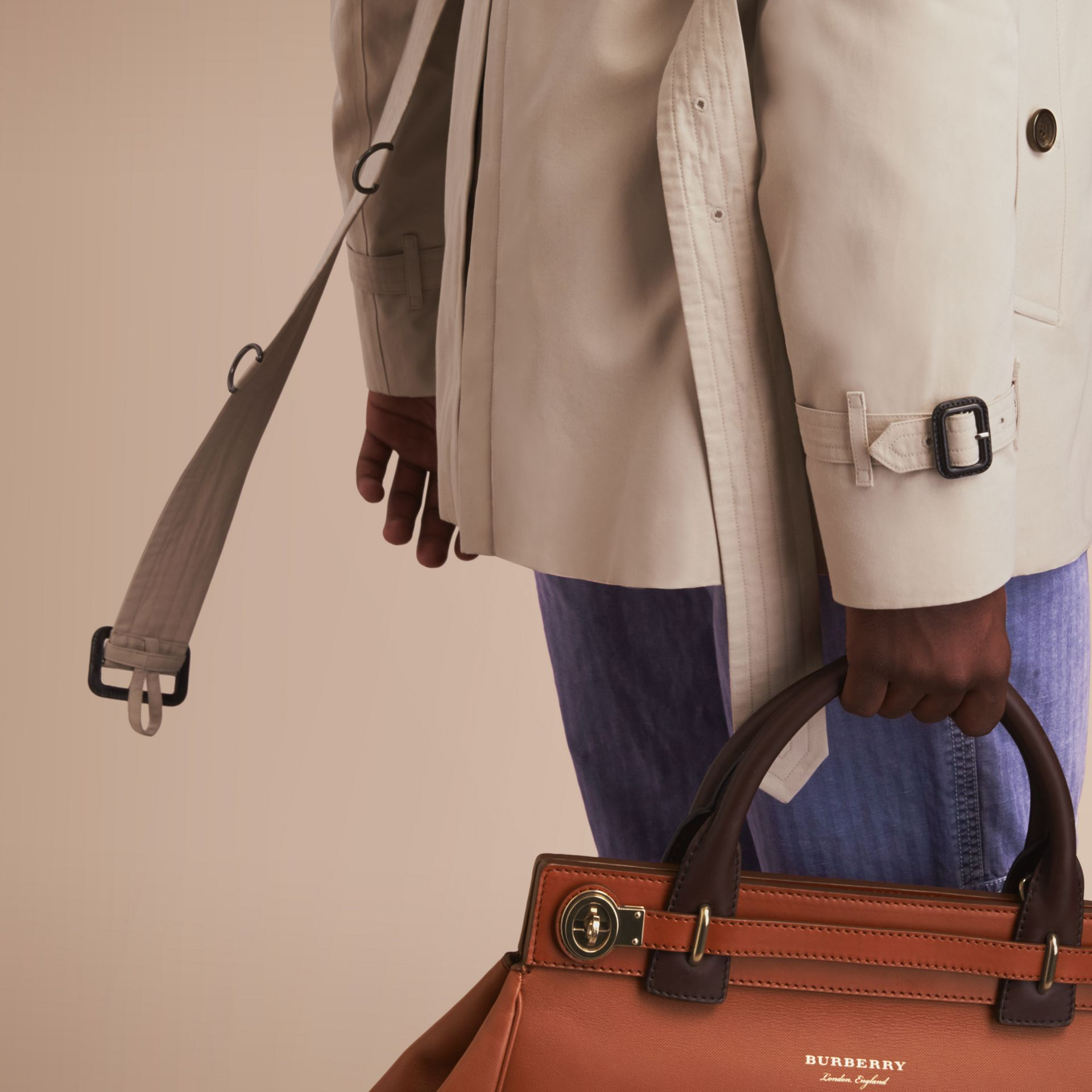 The Kensington – Short Heritage Trench Coat in Stone - Men | Burberry - gallery image 5