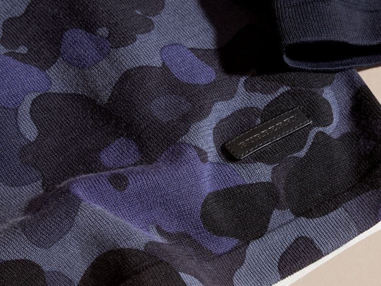 Navy Pullover girocollo in cotone con stampa camouflage - cell image 1