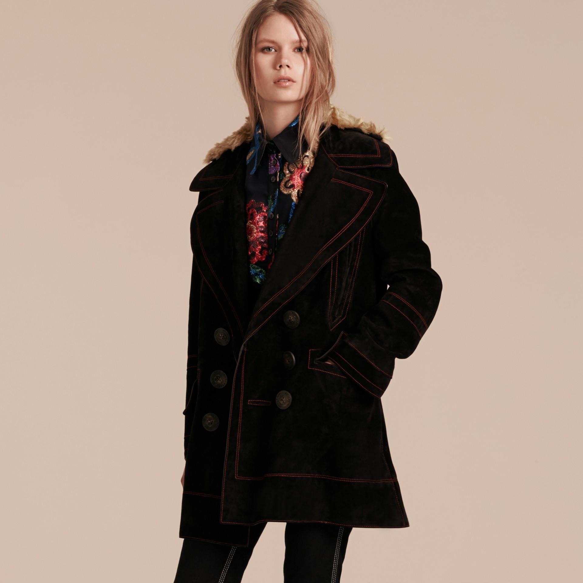 Nero Pea coat in pelle scamosciata con sopracollo in shearling - immagine della galleria 7