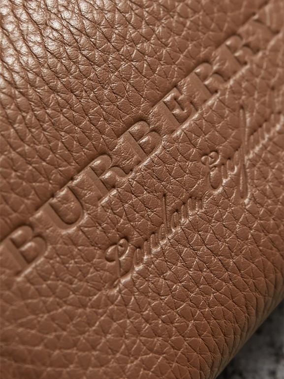 Porta-moedas com zíper de couro texturizado (Marrom Castanho) - Homens | Burberry - cell image 1
