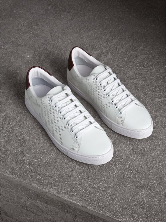 Sneakers en cuir à motif check perforé (Blanc Optique/bordeaux Intense)