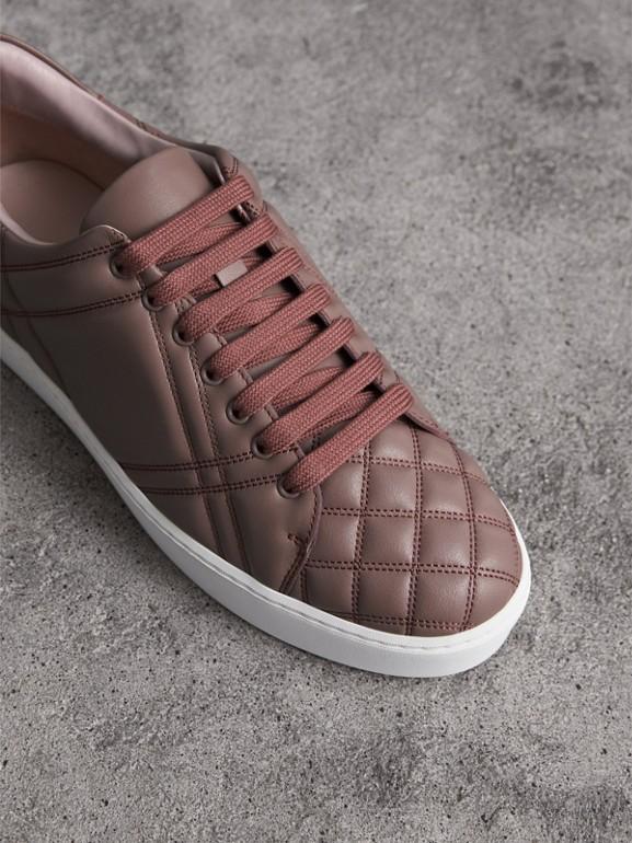 Tênis de couro com acolchoado em xadrez (Rosa Marfim) - Mulheres | Burberry - cell image 1