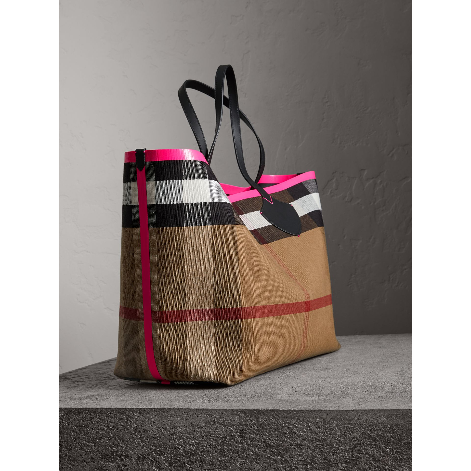 The Giant Reversible Tote in Canvas Check and Leather in Black/neon Pink | Burberry - gallery image 4
