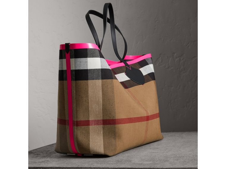 The Giant Reversible Tote in Canvas Check and Leather in Black/neon Pink | Burberry - cell image 4
