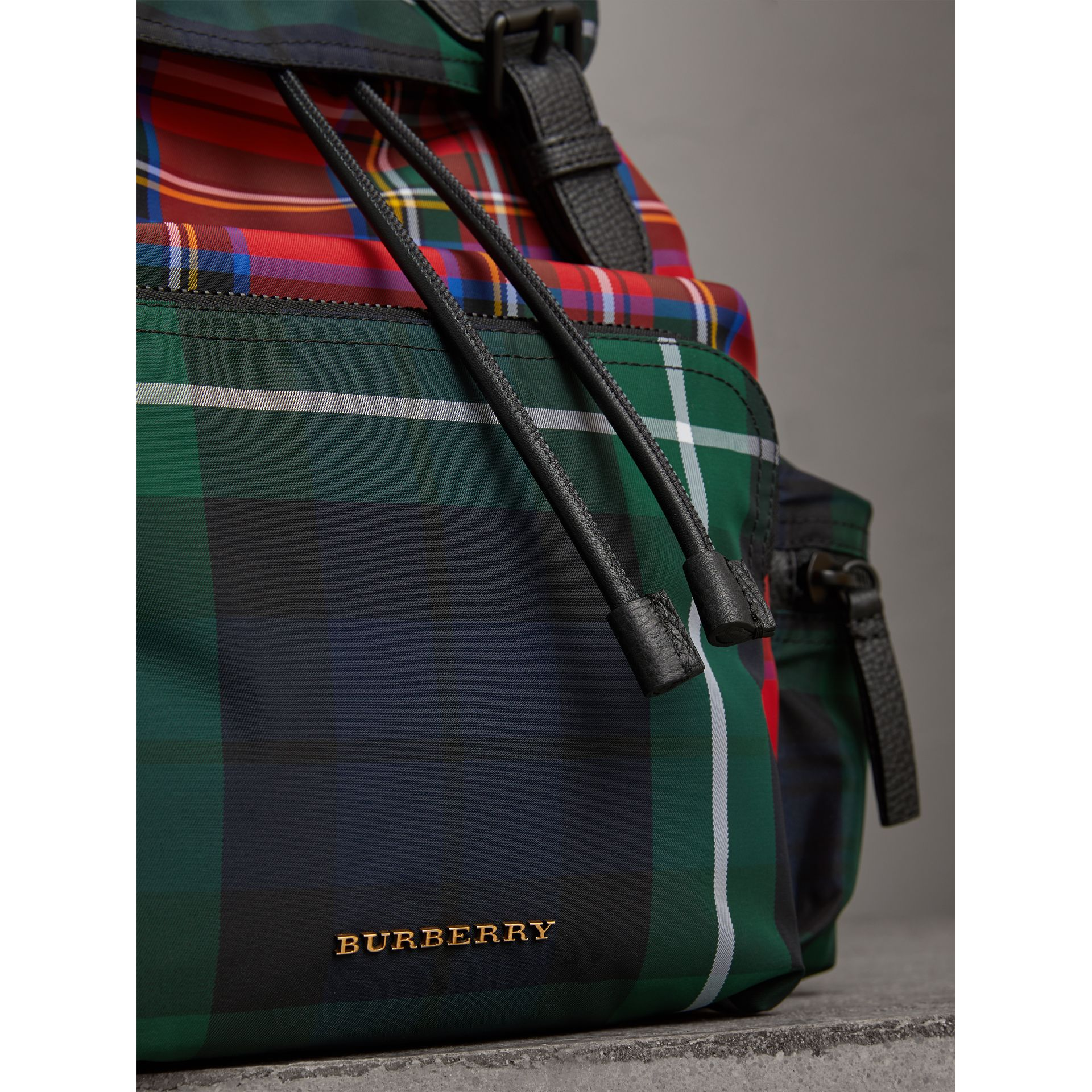 Grand sac The Rucksack en tartan façon patchwork (Rouge Militaire) | Burberry - photo de la galerie 1