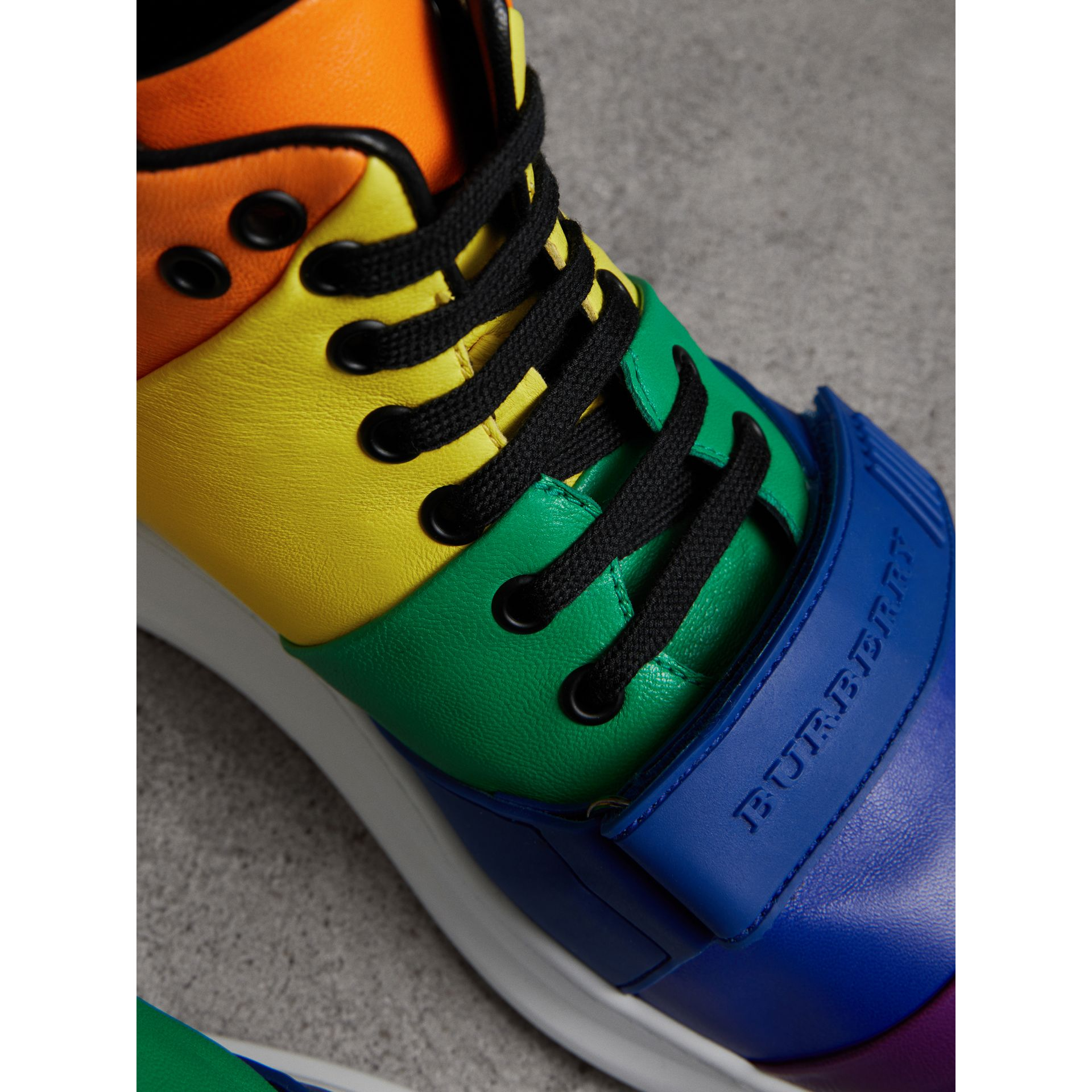Sneakers montantes en cuir arc-en-ciel | Burberry - photo de la galerie 1