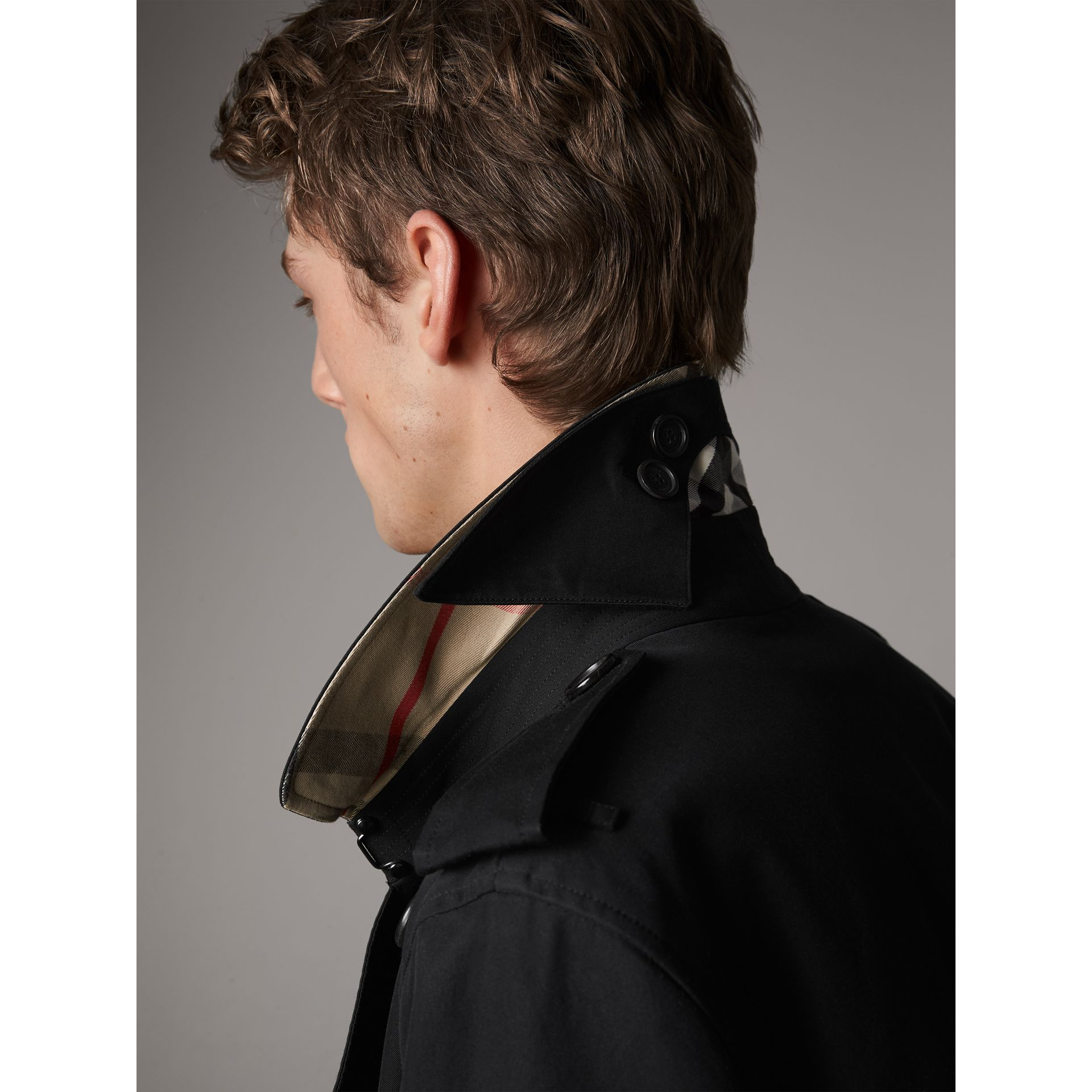 The Kensington – Short Heritage Trench Coat in Black - Men | Burberry - gallery image 5