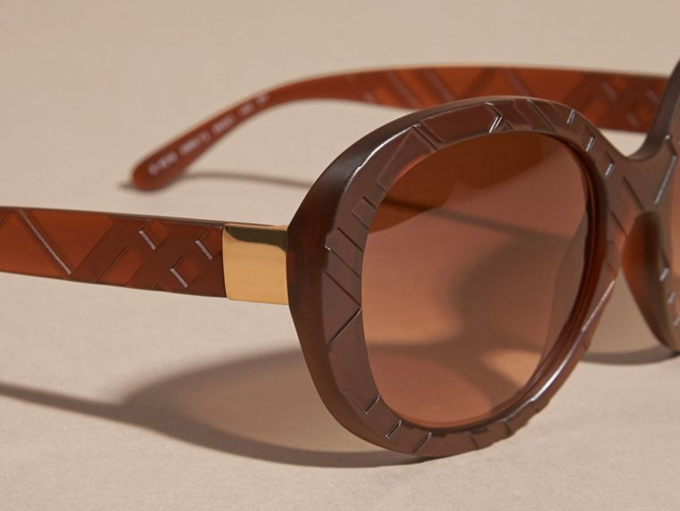 Brown 3D Check Round Frame Sunglasses Brown - cell image 1