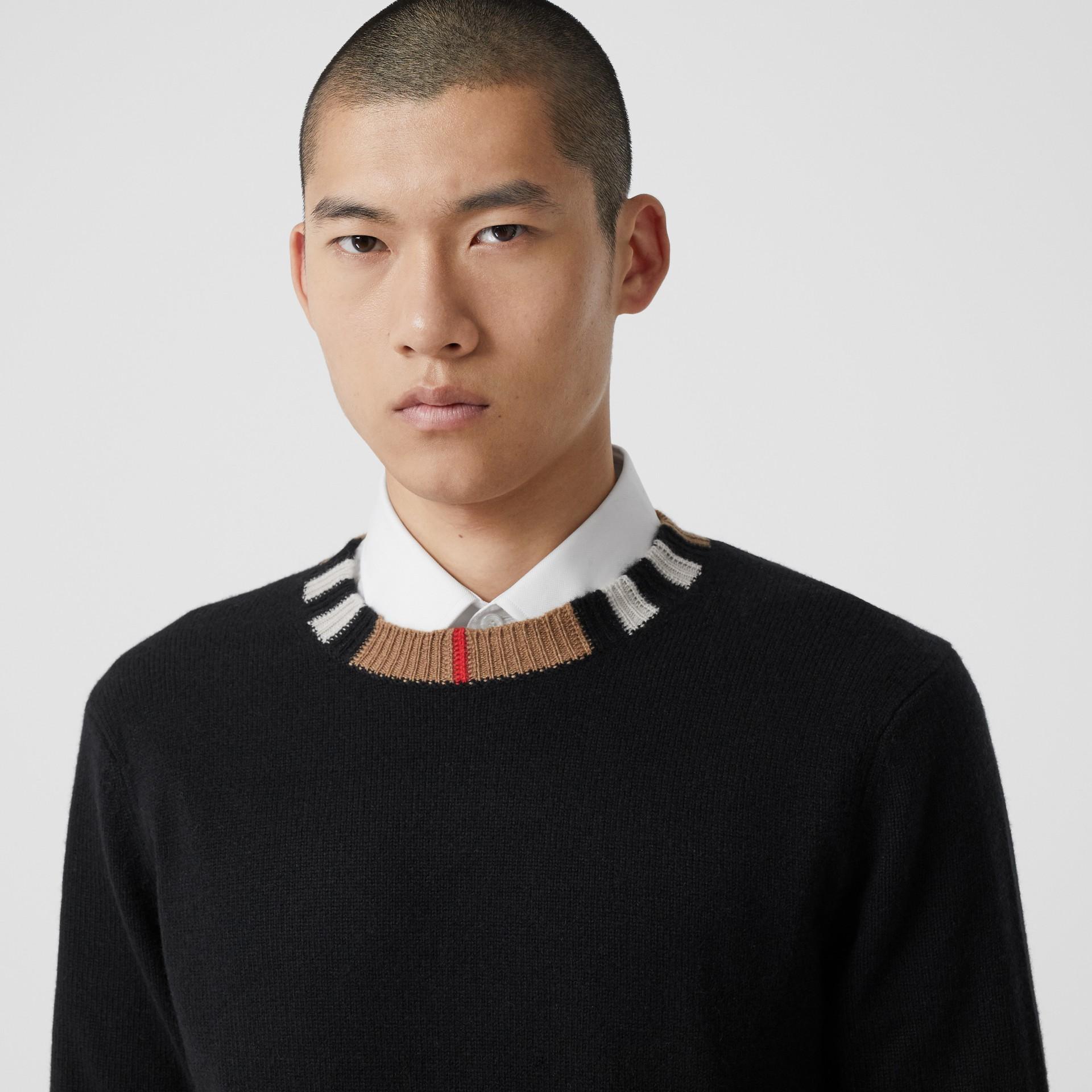 Jersey en cachemir con detalle a rayas Icon Stripe (Negro) - Hombre | Burberry - imagen de la galería 1