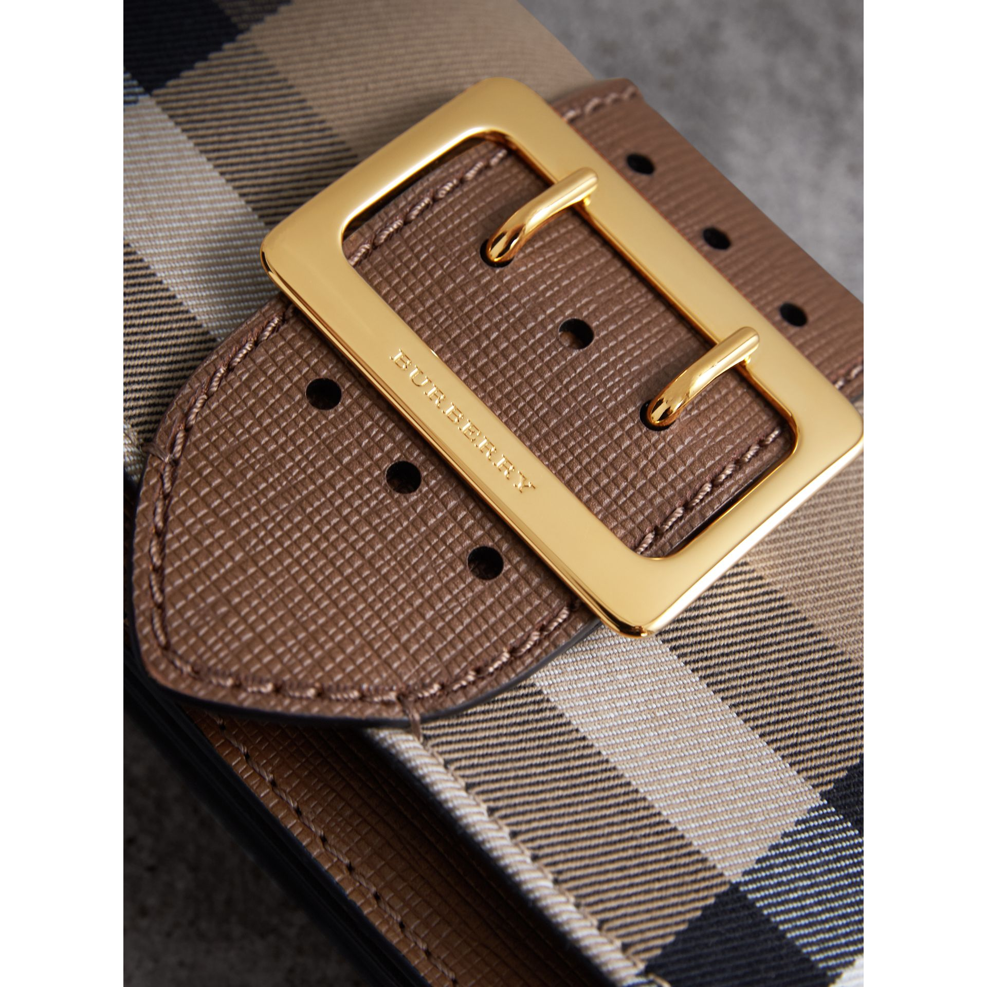 Borsa The Buckle piccola con motivo House check e pelle (Marroncino) - Donna | Burberry - immagine della galleria 1