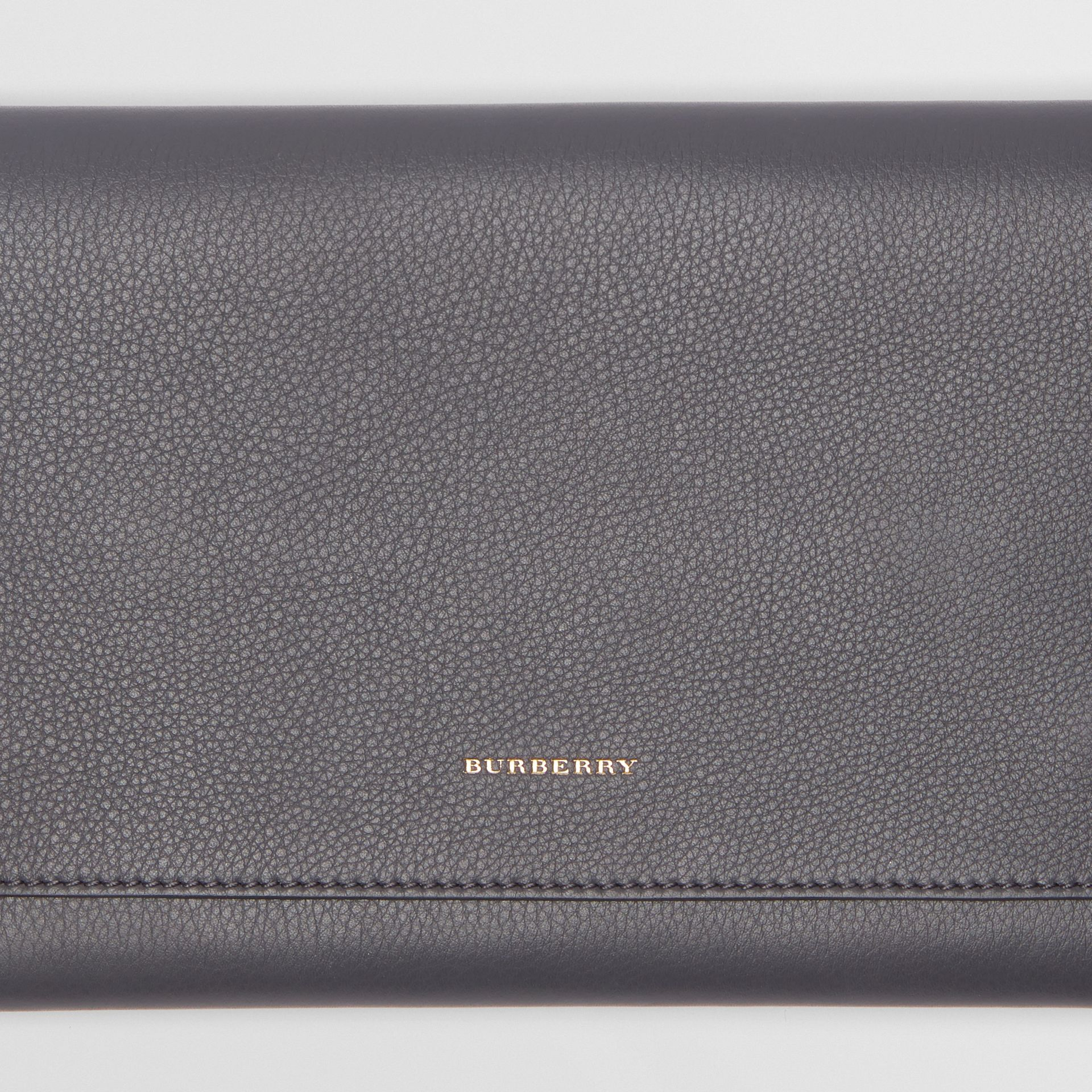 Clutch wristlet en cuir bicolore (Gris Anthracite) - Femme | Burberry - photo de la galerie 1