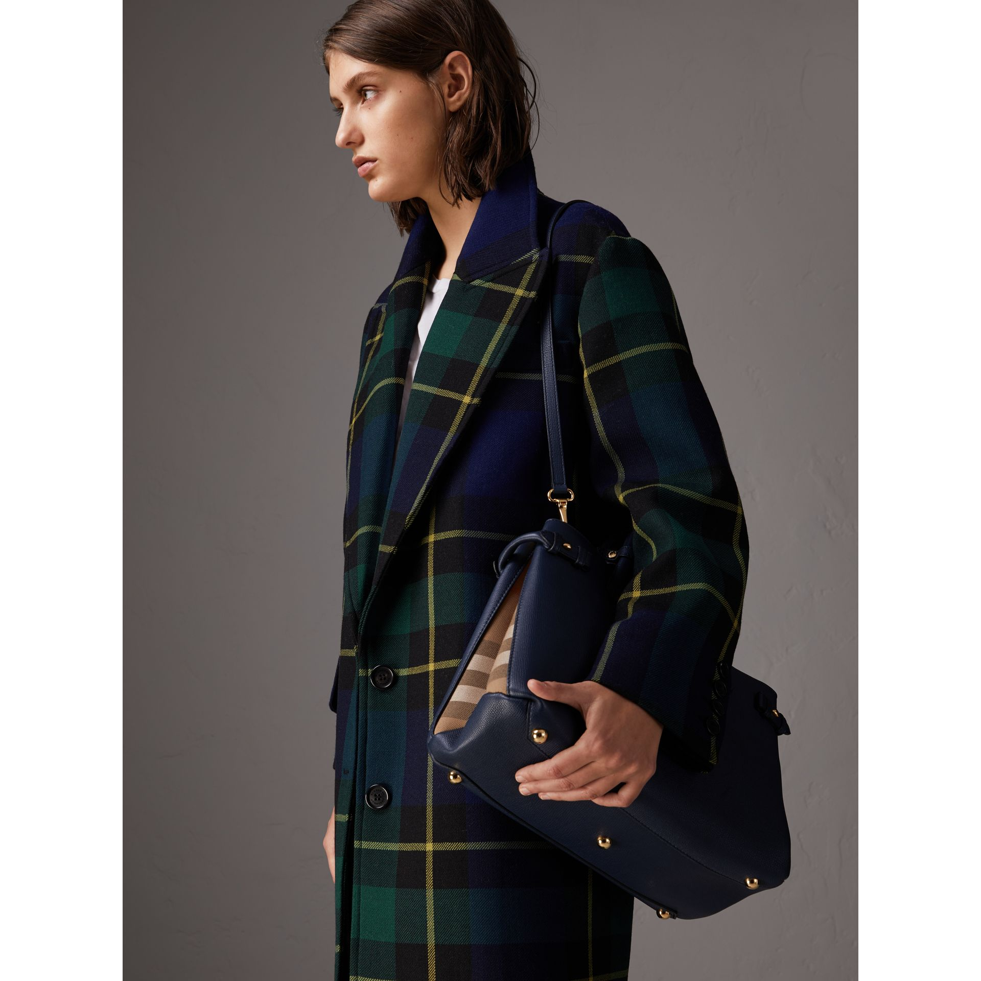 Sac The Banner medium en cuir et coton House check (Bleu Encre) - Femme | Burberry Canada - photo de la galerie 3