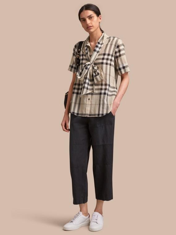 Camisa en algodón a cuadros con manga corta y lazo en el cuello Chino