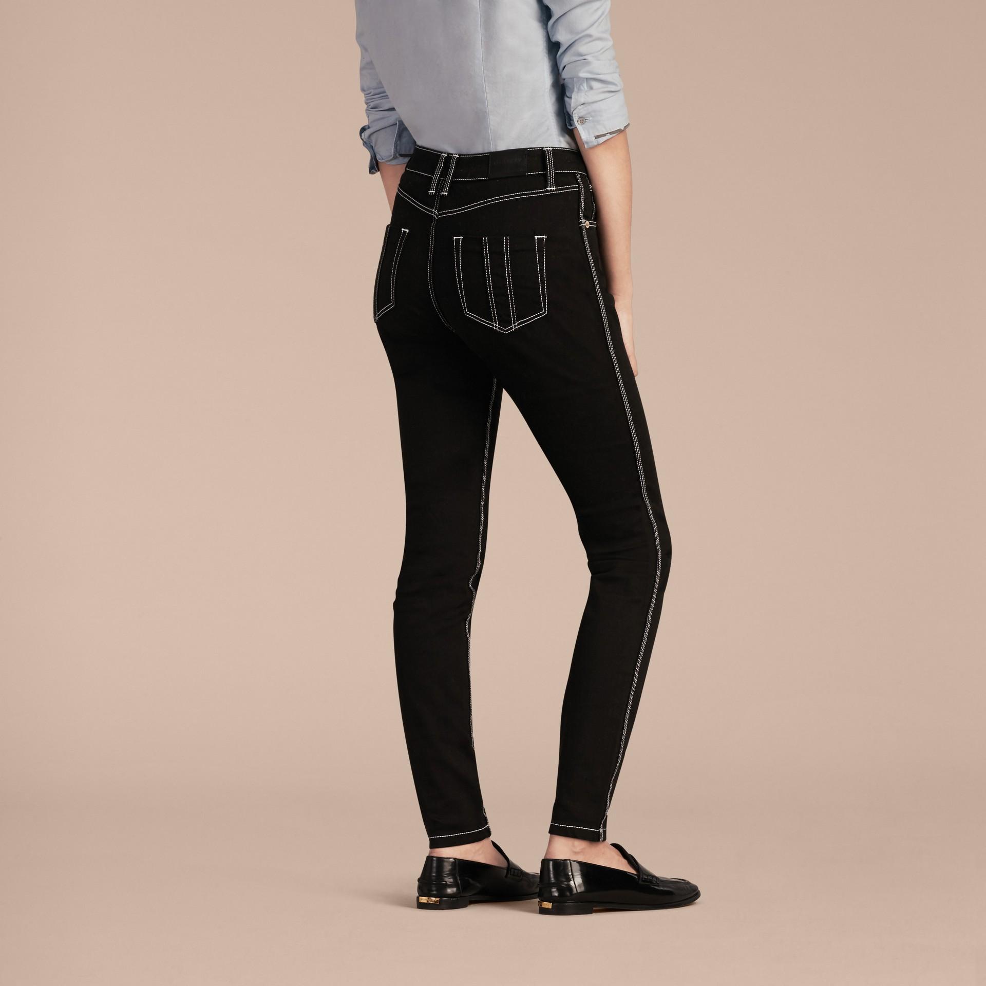 Schwarz Skinny-Jeans aus Stretchdenim mit kontrastierenden Steppnähten - Galerie-Bild 3