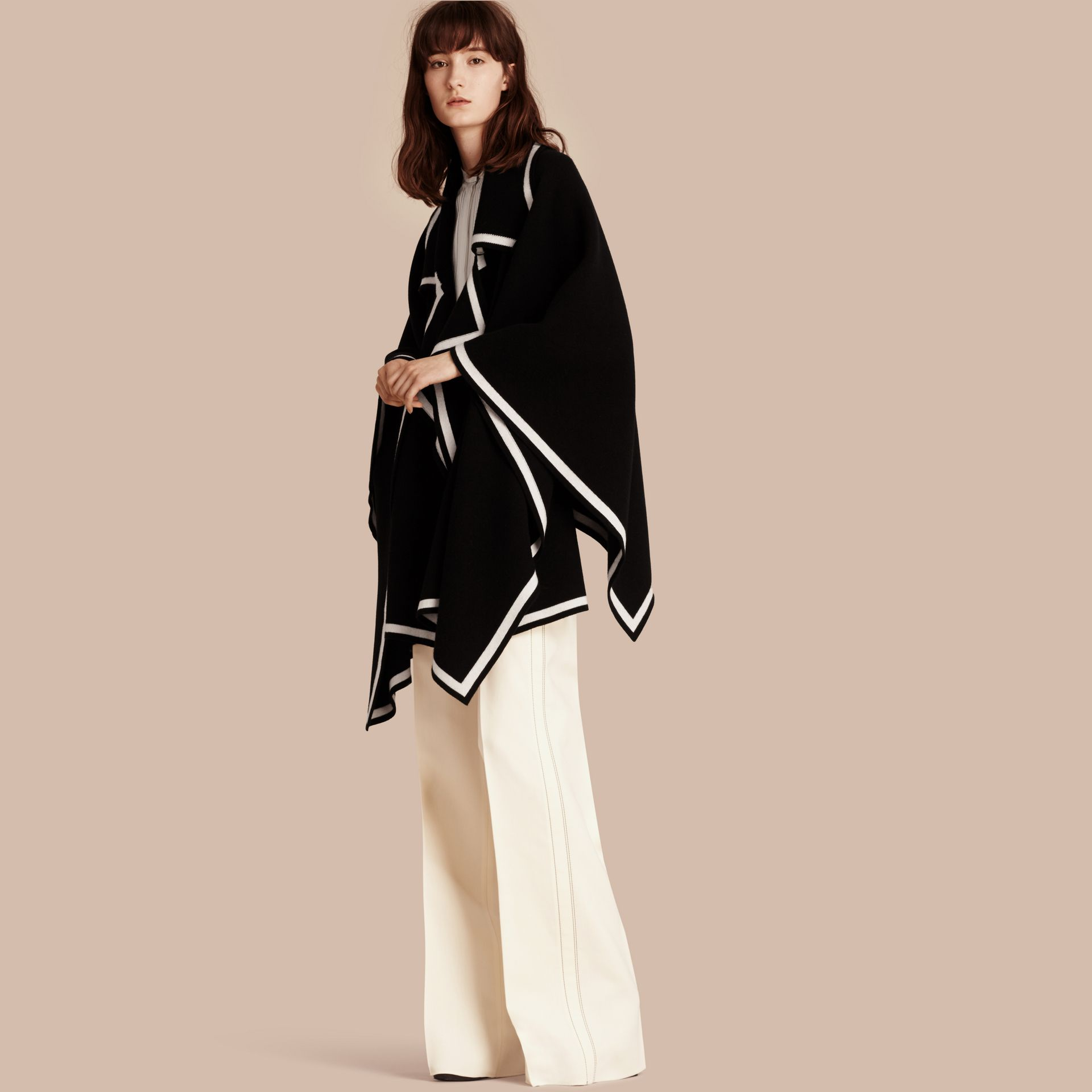 黑色/自然白 羊毛喀什米爾混紡斗篷 黑色/自然白 - 圖庫照片 1