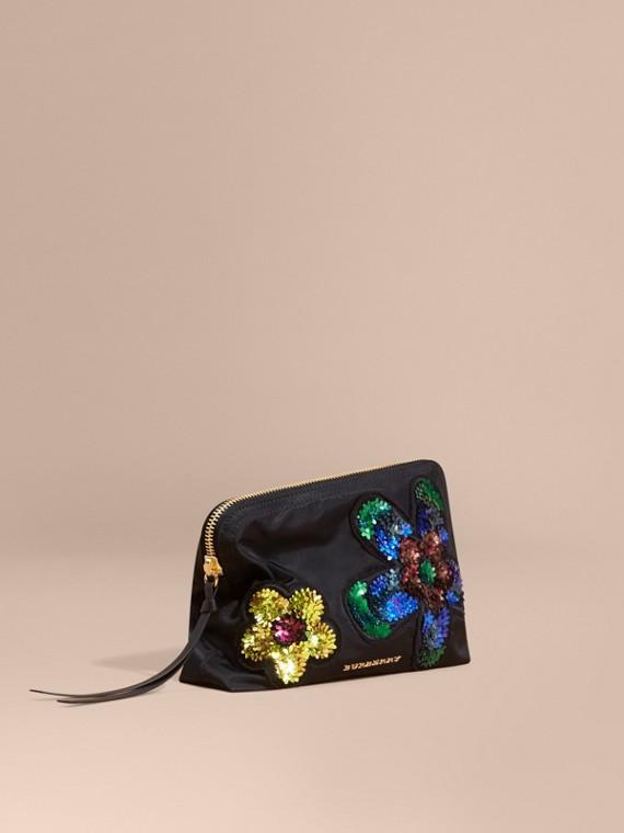 Neceser grande con adornos florales y cremallera superior