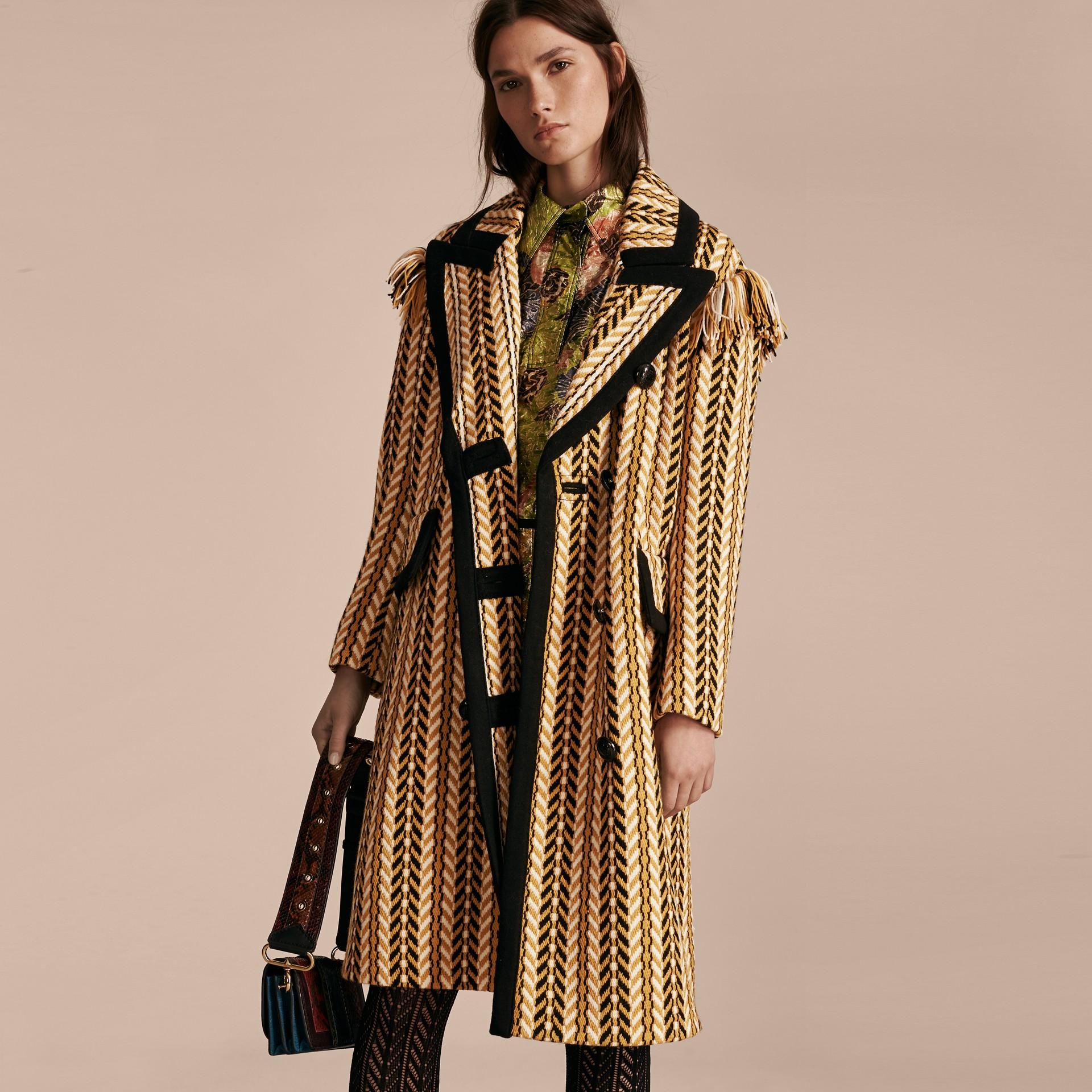 Giallo ocra Il cappotto frangiato - immagine della galleria 8