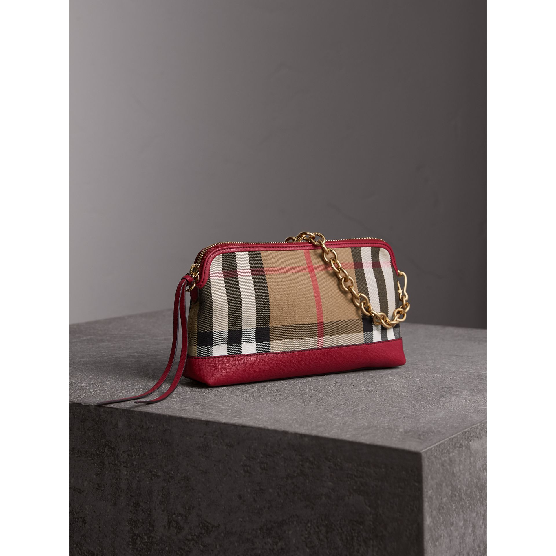Clutch en coton House check et cuir (Rouge Feuille Morte) - Femme | Burberry - photo de la galerie 7