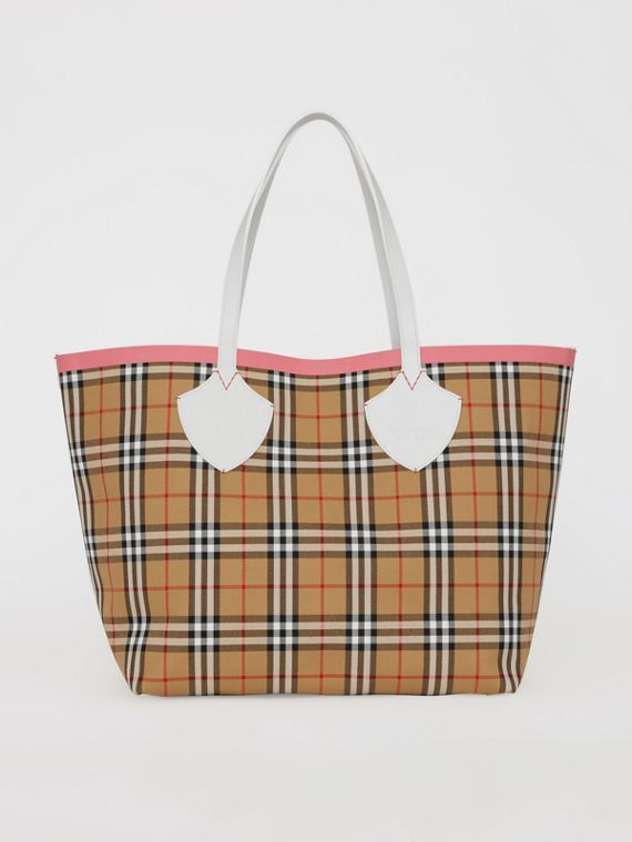 The Giant Reversible Tote in Vintage Check in Chalk White/bright Coral Pink